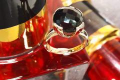 Kultasormus-mustalla-kivellä