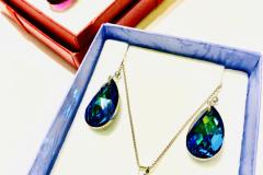 Värejä ja kristalleja