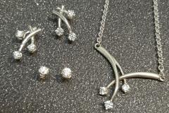 Valkokultaa ja timantteja -korusetti